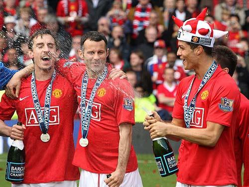 Ronaldo – Neville: Đồng đội thân thiết hóa đối thủ - 8