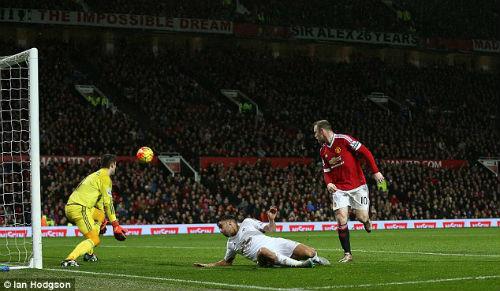 """Rooney lập """"siêu phẩm"""", Van Gaal quên người hùng Martial - 1"""