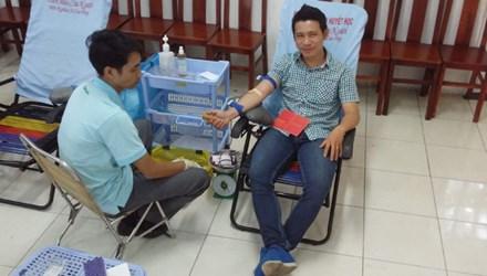 Thầy giáo trẻ tự tin với 28 lần hiến máu - 1