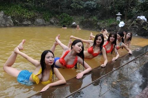 Dàn mỹ nữ rủ nhau tập yoga dưới nước giữa trời đông - 1