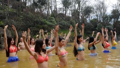 Dàn mỹ nữ rủ nhau tập yoga dưới nước giữa trời đông - 2