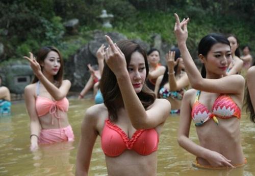 Dàn mỹ nữ rủ nhau tập yoga dưới nước giữa trời đông - 3