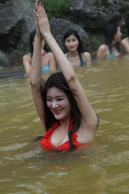Dàn mỹ nữ rủ nhau tập yoga dưới nước giữa trời đông - 7