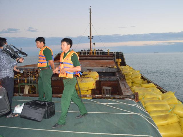 Bắt quả tang thuyền trưởng bán trộm hơn 16 tấn hàng - 1