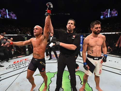 Tin thể thao HOT 3/1: Đổ máu để bảo vệ đai vô địch UFC - 1