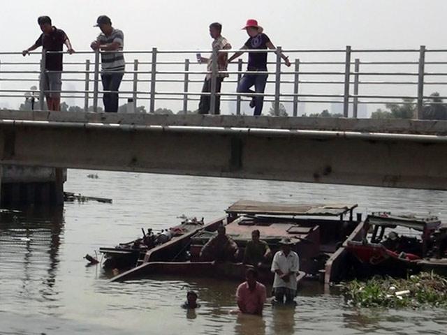 Chìm xà lan 200 tấn, nhiều người nhảy sông thoát nạn - 1