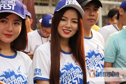 """Tú Linh cùng người đẹp """"đại náo"""" ngày hội fan bóng đá - 1"""
