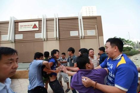 TP.HCM: Cư dân chung cư lại bị tấn công đổ máu - 1