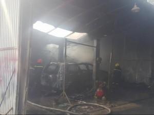 """Tin tức trong ngày - Xưởng sửa chữa ô tô bị """"bà hỏa"""" thiêu rụi"""