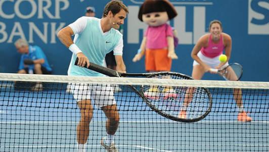 """Tennis 24/7: Federer """"đánh vật"""" với chiếc vợt khổng lồ - 1"""