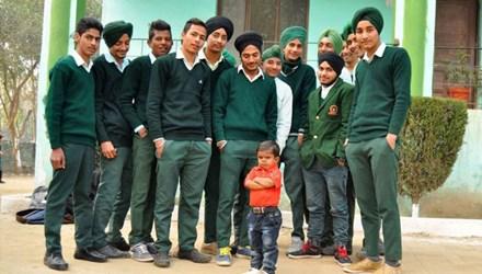 Bé trai 15 tuổi chỉ cao 81cm ở Ấn Độ - 1