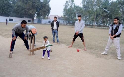 Bé trai 15 tuổi chỉ cao 81cm ở Ấn Độ - 3