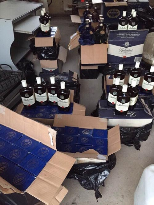 CSGT phát hiện hàng trăm chai rượu và gỗ lậu - 1