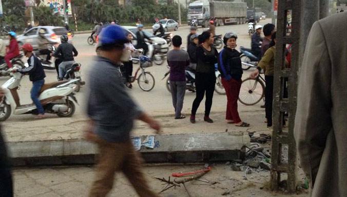 Cột điện đổ sụp khiến một học sinh chết thảm - 1