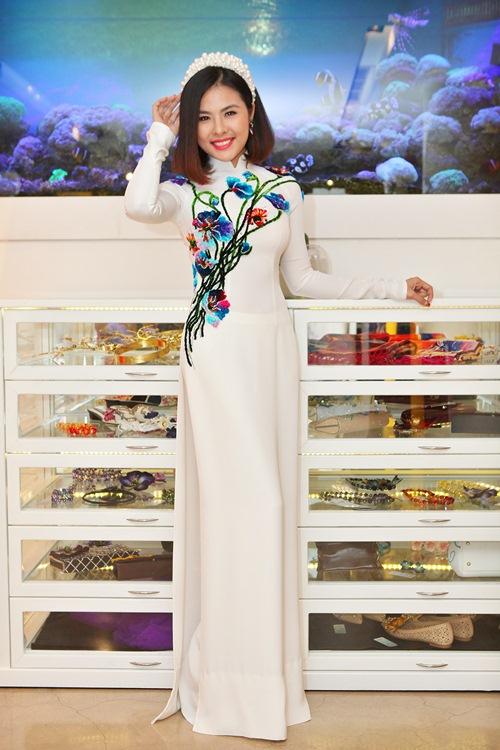 Hé lộ trang phục cưới 'rồng phượng' của Vân Trang - 4