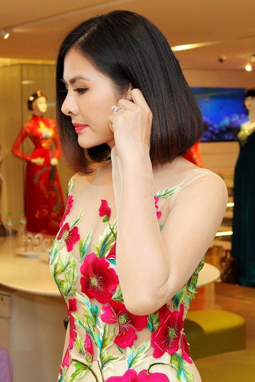 Hé lộ trang phục cưới 'rồng phượng' của Vân Trang - 7