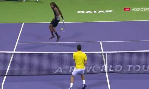 """Djokovic """"đứng hình"""" với cú xoay tay ảo diệu - 1"""