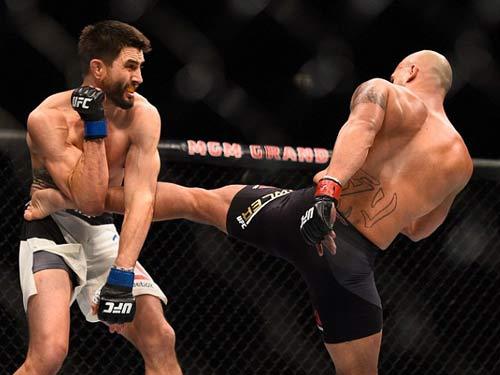 UFC: 2 lần vô địch, 2 lần đổ máu đẫm mặt - 3