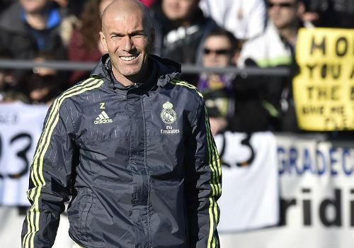 Ronaldo chăm chú nghe Zidane buổi tập ra mắt Real - 4