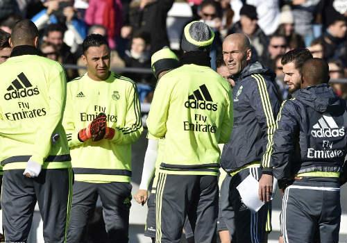 Ronaldo chăm chú nghe Zidane buổi tập ra mắt Real - 9
