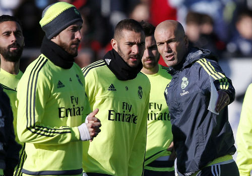 Ronaldo chăm chú nghe Zidane buổi tập ra mắt Real - 8