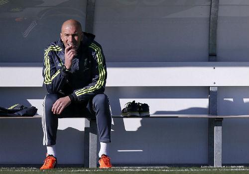 Ronaldo chăm chú nghe Zidane buổi tập ra mắt Real - 12