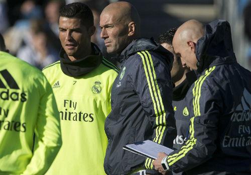 Ronaldo chăm chú nghe Zidane buổi tập ra mắt Real - 5