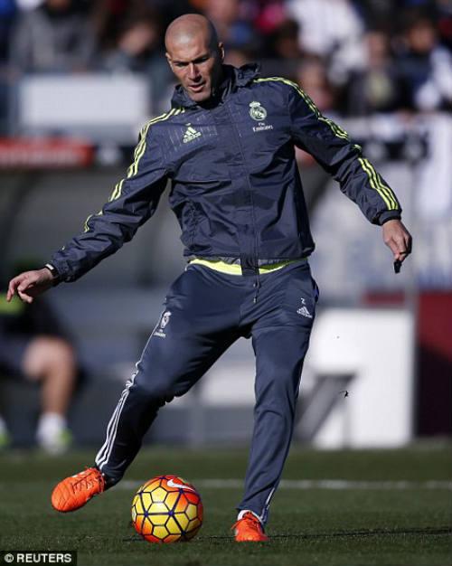 Ronaldo chăm chú nghe Zidane buổi tập ra mắt Real - 11