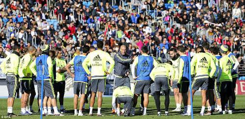 Ronaldo chăm chú nghe Zidane buổi tập ra mắt Real - 7