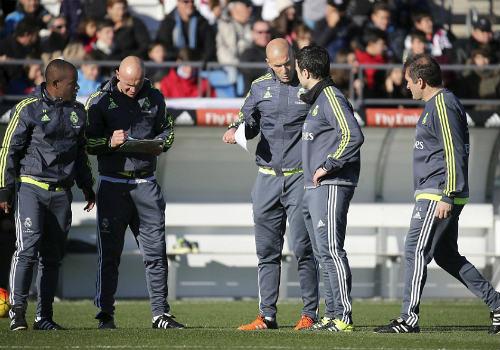 Ronaldo chăm chú nghe Zidane buổi tập ra mắt Real - 10