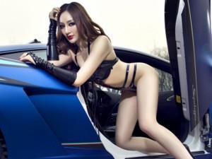 "Kiều nữ sexy ""tán tỉnh"" siêu bò Lamborghini"