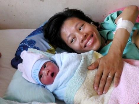Người mẹ trẻ bị liệt hai chân sinh con trai kháu khỉnh - 1
