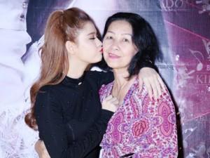 Trương Quỳnh Anh khoe bố mẹ trong tiệc sinh nhật