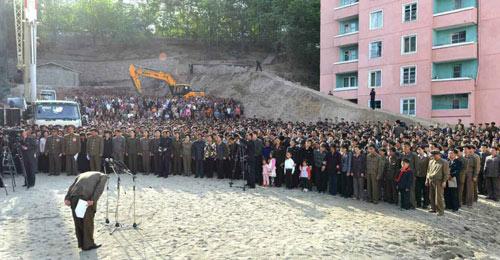 Vì sao quan chức Triều Tiên gập người xin lỗi dân? - 2