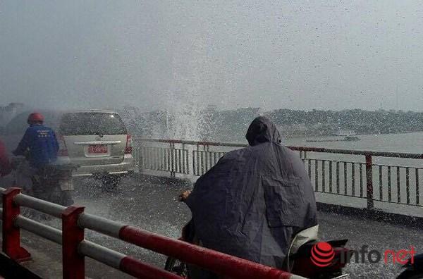 HN: Mặc áo mưa đi qua cầu Chương Dương giữa trời nắng - 2