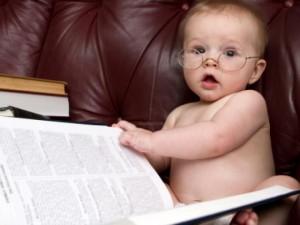 Bạn trẻ - Cuộc sống - Clip: Cười ngất với khoảnh khắc bé yêu đọc sách