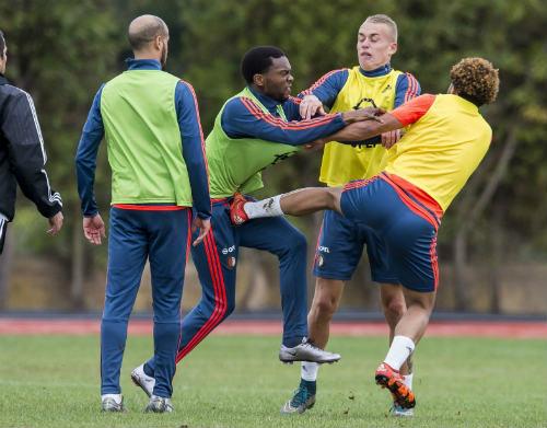 Va chạm trên sân tập, sao Feyenoord ẩu đả dữ dội - 2