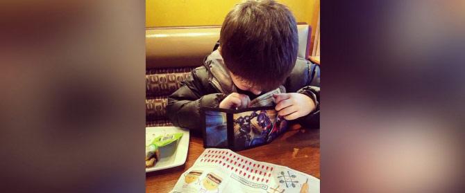 Cậu bé 6 tuổi làm việc nhà kiếm tiền mời mẹ ăn tối - 1