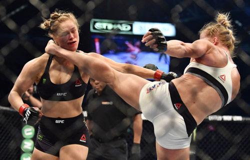 """""""Nữ hoàng UFC"""" xuất hiện táo bạo không mảnh vải - 8"""