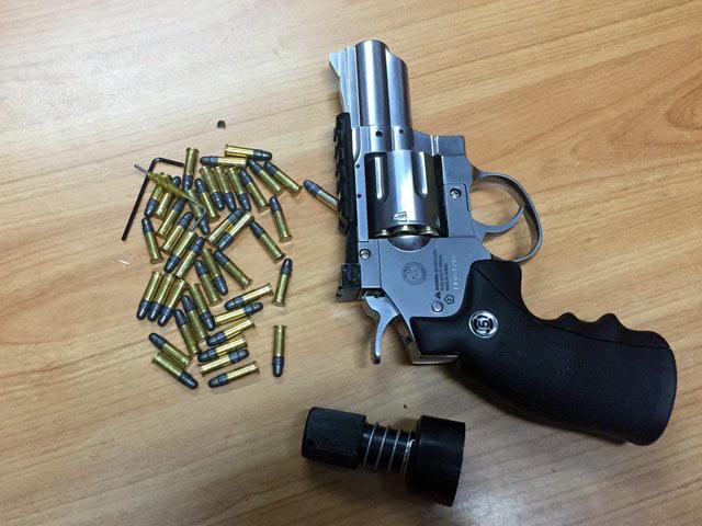 """Bị đối tượng """"gửi"""" súng cùng 42 viên đạn ra Hà Nội - 1"""