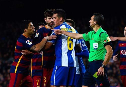 Gây hấn cầu thủ Espanyol, Suarez bị treo giò - 1