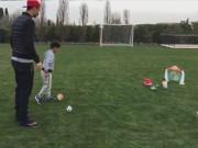 """Video bóng đá hot - Ronaldo thi """"đấu súng"""" kịch tính với con trai"""