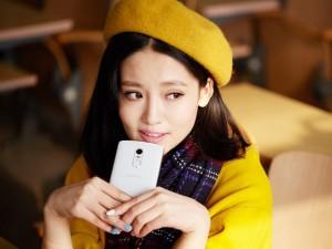 Mỹ nữ duyên dáng bên smartphone Vibe X3