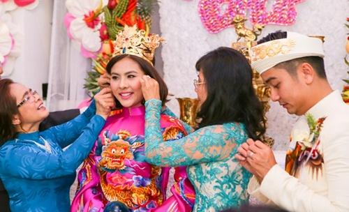 Vân Trang được tặng quả cầu thủy tinh trong lễ rước dâu - 12
