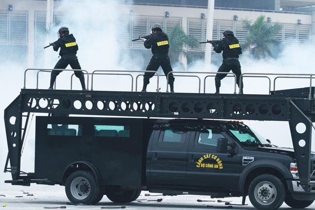 Dàn trực thăng, xe chuyên dụng xuất quân bảo vệ Đại hội Đảng - 9