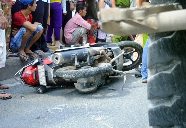 2 vợ chồng tử nạn dưới bánh xe ben, người thân khóc ngất - 2