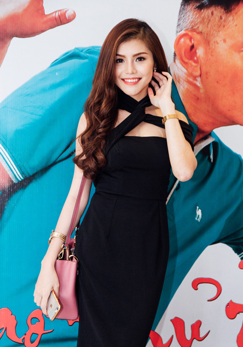 Hot girl Khả Ngân gợi cảm khoe lưng trần nuột nà - 7