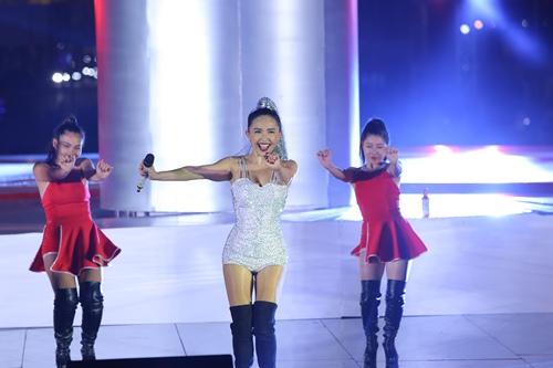 Tóc Tiên nhảy vũ điệu cồng chiêng 'đốt cháy' sân khấu - 3