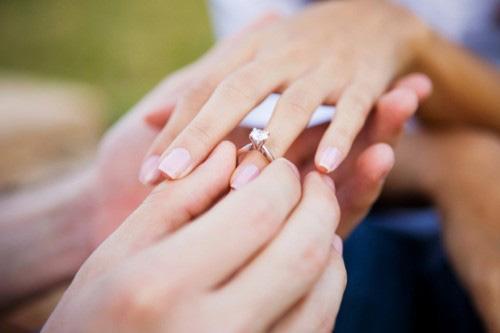 Bí mật về ngón tay luôn đeo nhẫn - 1