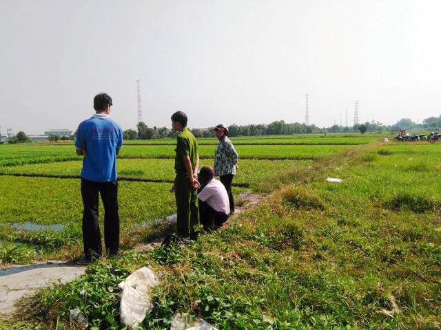 Bắt quả tang nông dân dùng dầu nhớt thải... tưới rau - 1
